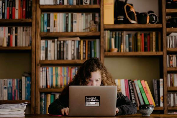 Ragazza studia al computer