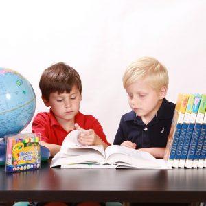 Coppia di bambini delle elementari che studia