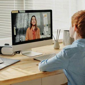Bambino di spalle fa video lezione online