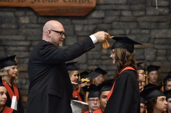 Ragazza viene proclamata dottoressa all'università
