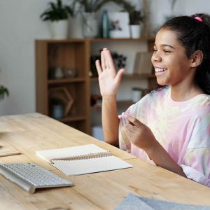 Ragazza da casa fa lezione online al computer